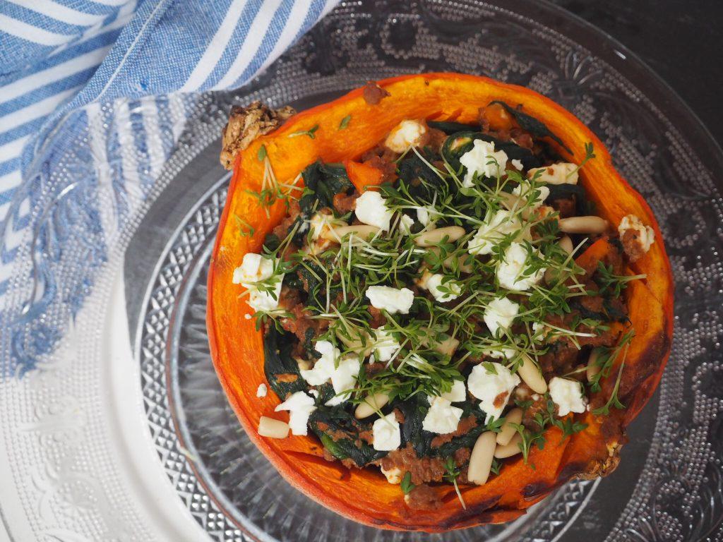 gefüllter Kürbis mit Spinat, Veggiehack und Feta