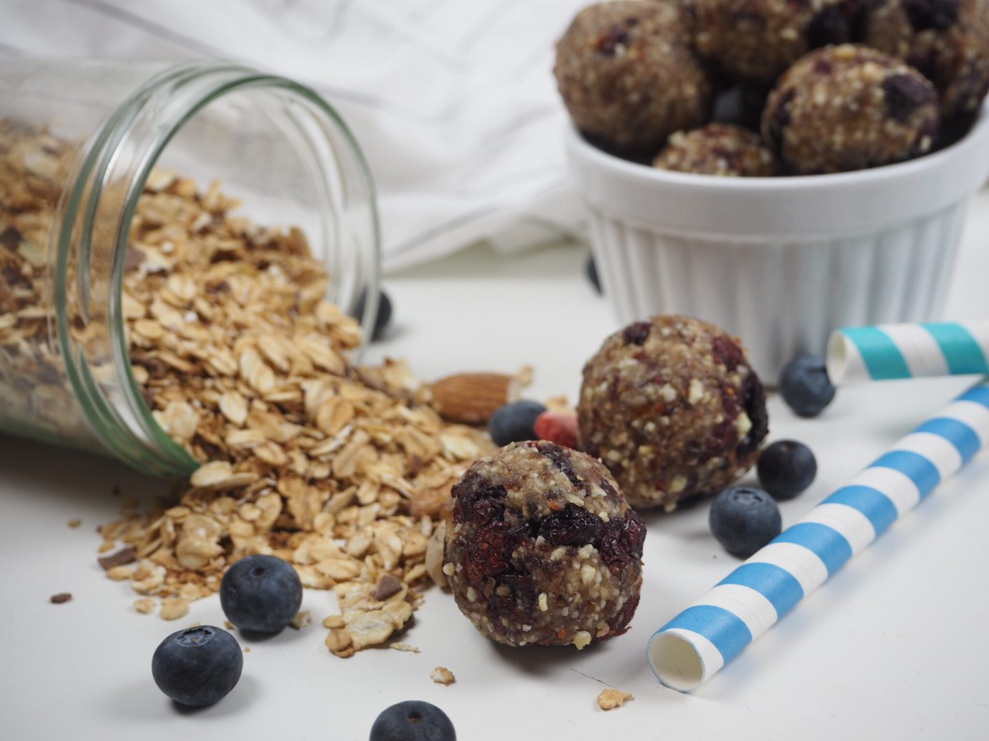 vegane Blueberry Cashew Energy Balls